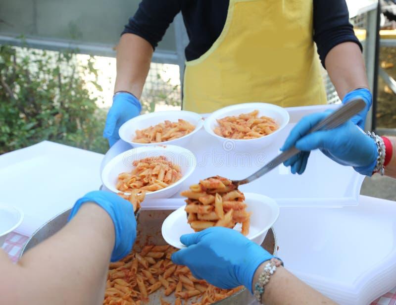 Målfördelning av pasta med tomatsås arkivbild