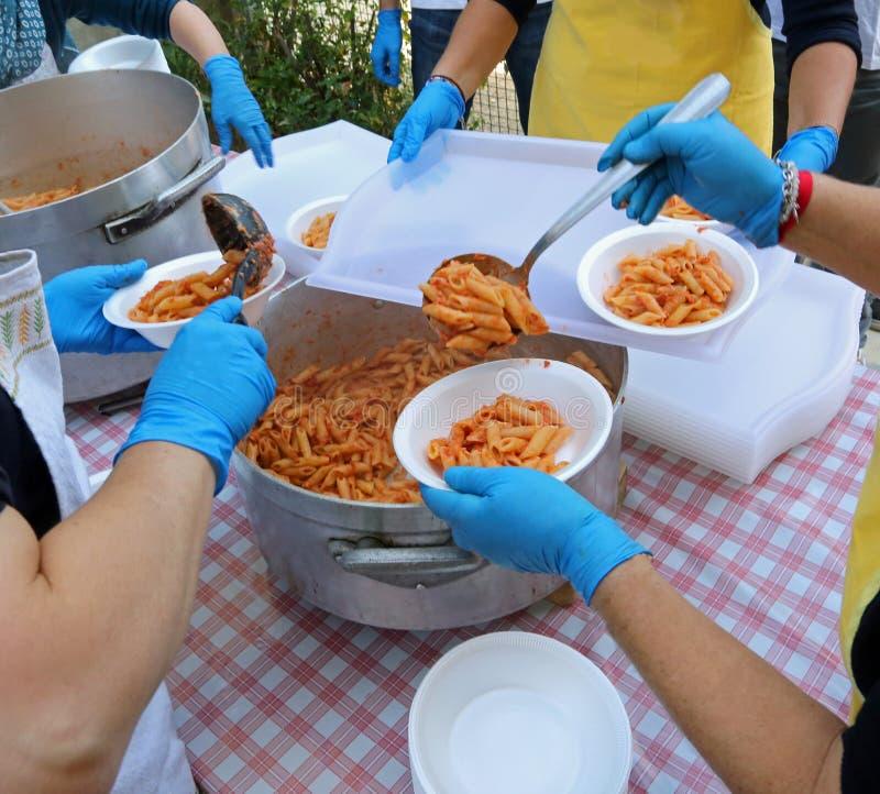målfördelning med pasta- och tomatsås i kantin royaltyfria foton