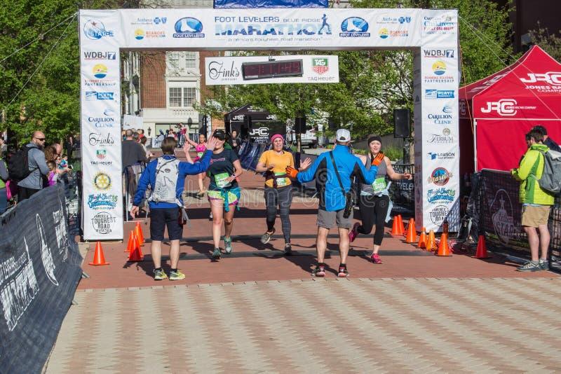 "Mållinje - blå Ridge Marathon †""Roanoke, Virginia, USA arkivbilder"