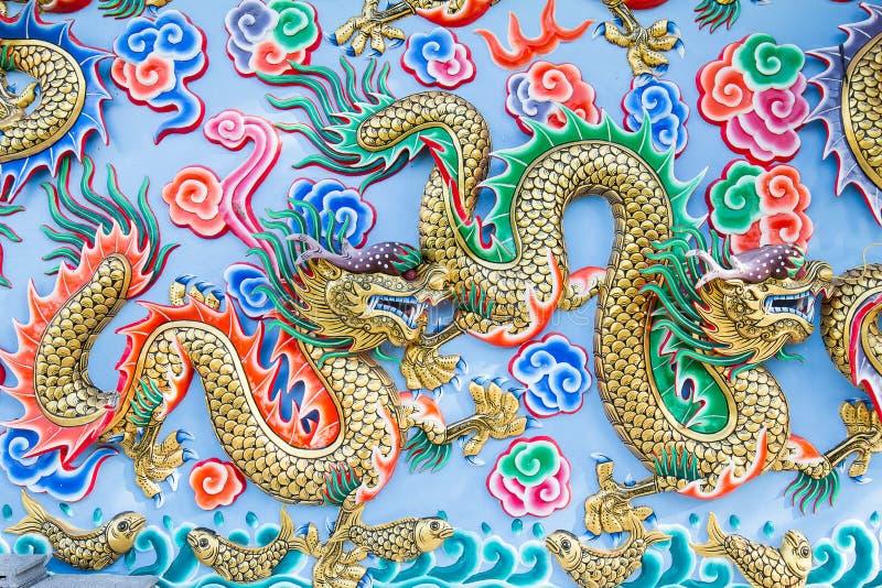 Målning av draken på väggen i kinesisk tempel royaltyfria bilder