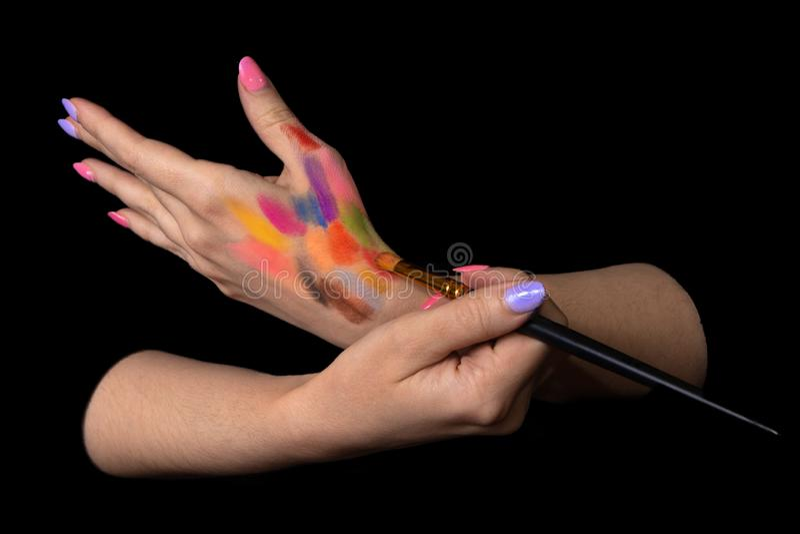 Målning för Closeupkonstnärmålare med borsten på hennes hand i en studio Idérik målareflicka lära målningbegrepp arkivbild