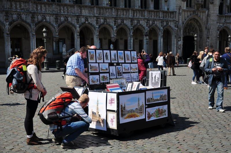 Målningar av gatakonstnären som är till salu i Grand Place, Bryssel royaltyfria bilder