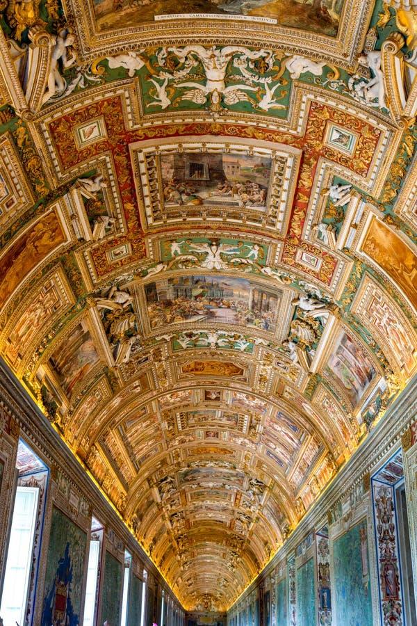 Målningar på taket i gallerit av översikter, på Vaticanenmuseet royaltyfria foton