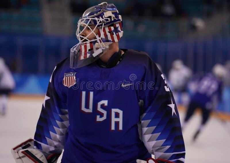 Målvakt Ryan Zapolski av laget USA i handling mot Team Slovenia i lek för runda för förberedande åtgärd för ishockey för man` s p arkivbilder