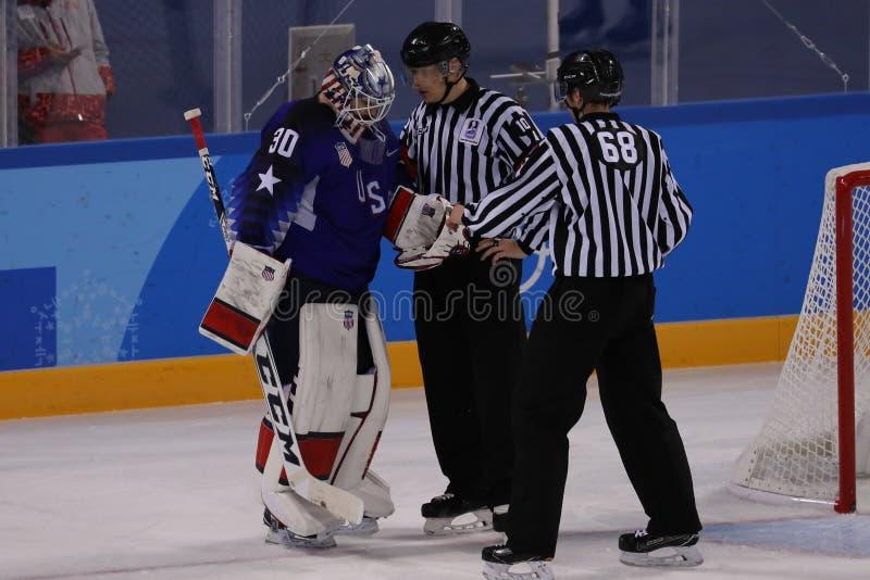 Målvakt Ryan Zapolski av laget USA i handling mot Team Slovenia i lek för runda för förberedande åtgärd för ishockey för man` s p royaltyfri bild