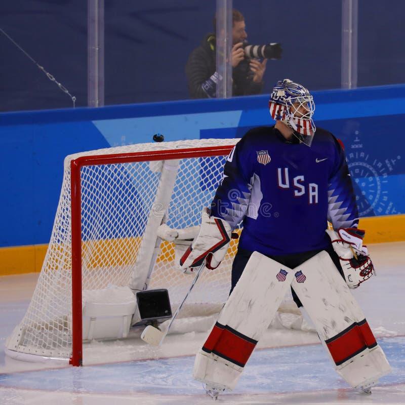 Målvakt Ryan Zapolski av laget USA i handling mot Team Slovenia i lek för runda för förberedande åtgärd för ishockey för man` s p royaltyfria foton