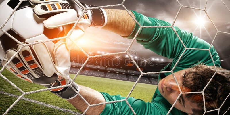 Målvakten fångar bollen i stadion fotografering för bildbyråer