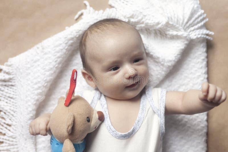 2 månad att behandla som ett barn att ligga för pojke Närbilden av förtjusande gulligt nyfött behandla som ett barn pojken av två arkivfoton