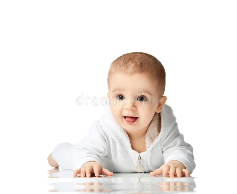 8 månad behandla som ett barn det begynnande barnet att ligga för boyllitet barn som är naket se hörnet arkivfoto