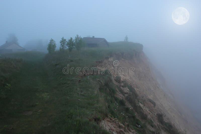 Månbelyst natt på bergandomen, Ryssland royaltyfri bild
