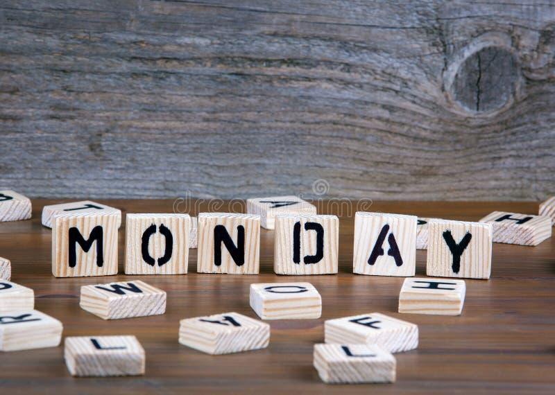måndag från träbokstäver på träbakgrund arkivfoton