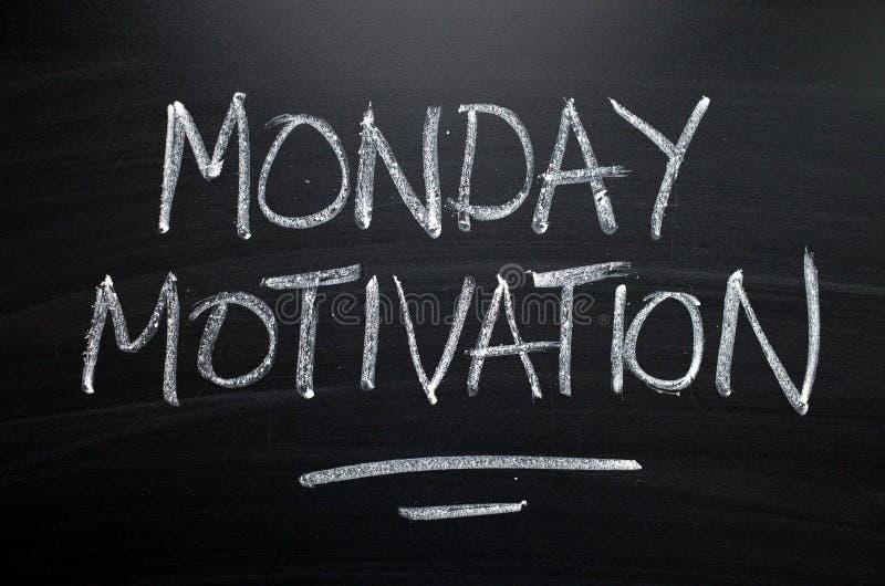 måndag motivation som är skriftlig på en svart tavla royaltyfri bild