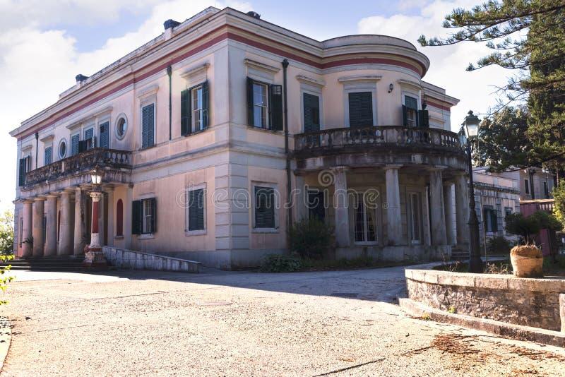 måndag Reposslott som byggdes i 1924 av överkommissarien Frederick Adam och blev senare egenskap av den grekiska kungafamiljen royaltyfria bilder