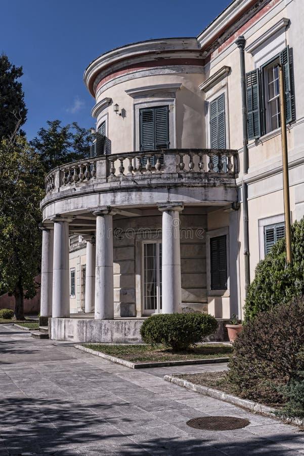 måndag Reposslott som byggdes i 1924 av överkommissarien Frederick Adam och blev senare egenskap av den grekiska kungafamiljen royaltyfri bild