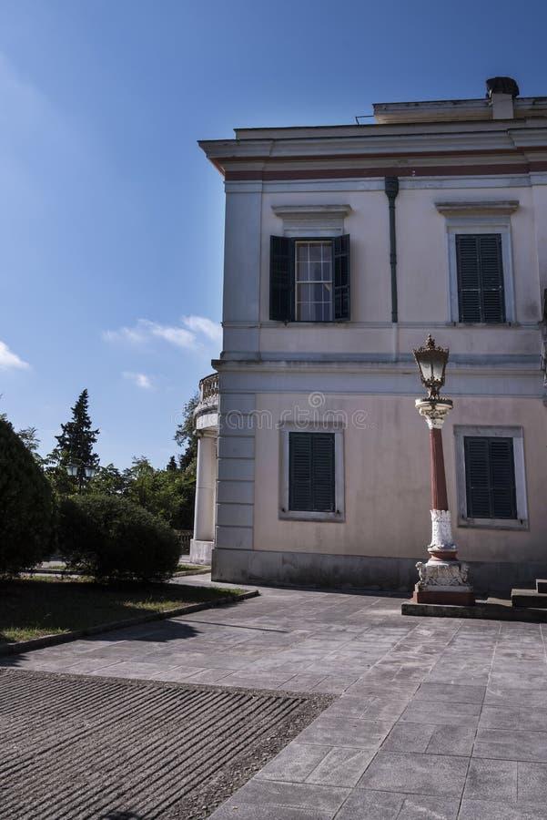 måndag Reposslott som byggdes i 1924 av överkommissarien Frederick Adam och blev senare egenskap av den grekiska kungafamiljen arkivbild