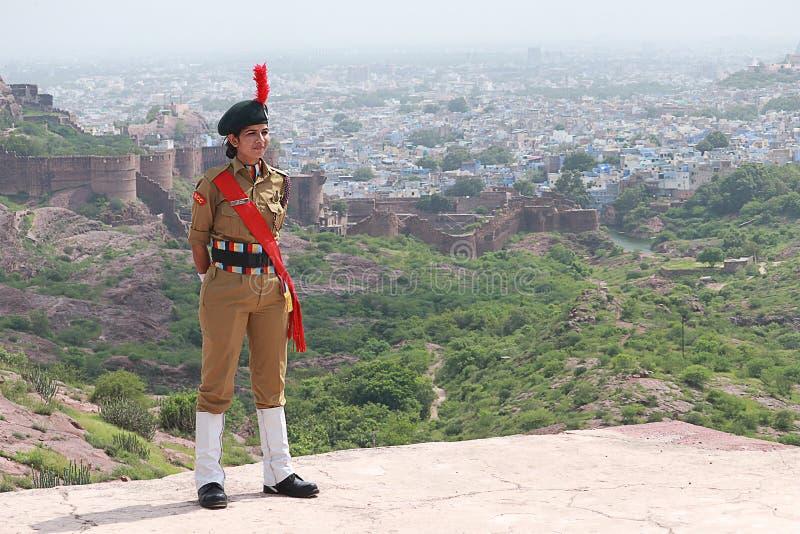 Måndagen 2019: Indiens nationella kadekår NCC Lady Army Soilder Nation Hero som står med arkivfoto