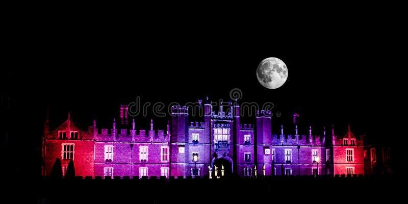 Måne över Hampton Court Palace arkivfoto
