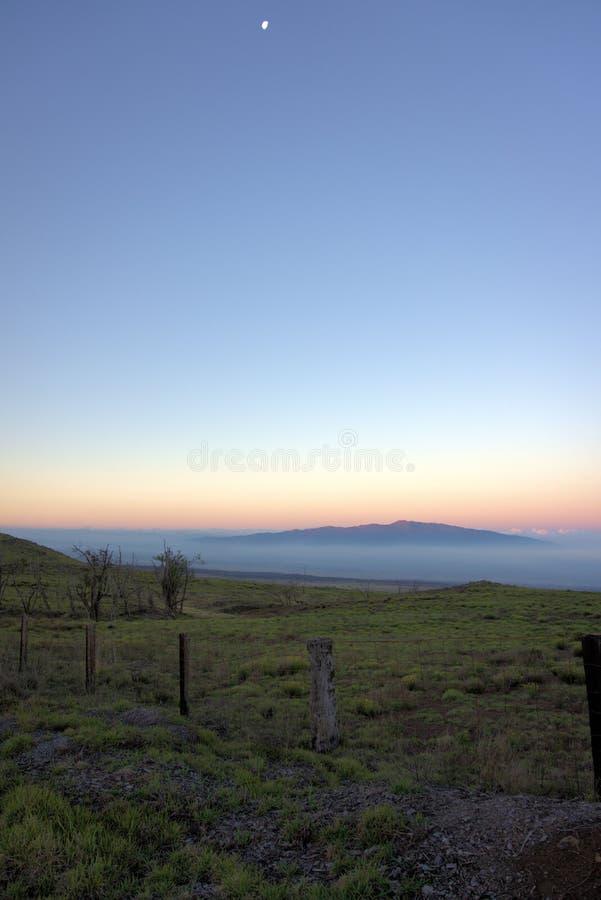 Måne över Mauna Loa royaltyfri foto