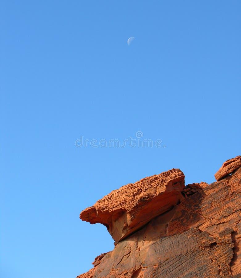 Måne över röd sandsten nära sjömjödet, Nevada. royaltyfria bilder