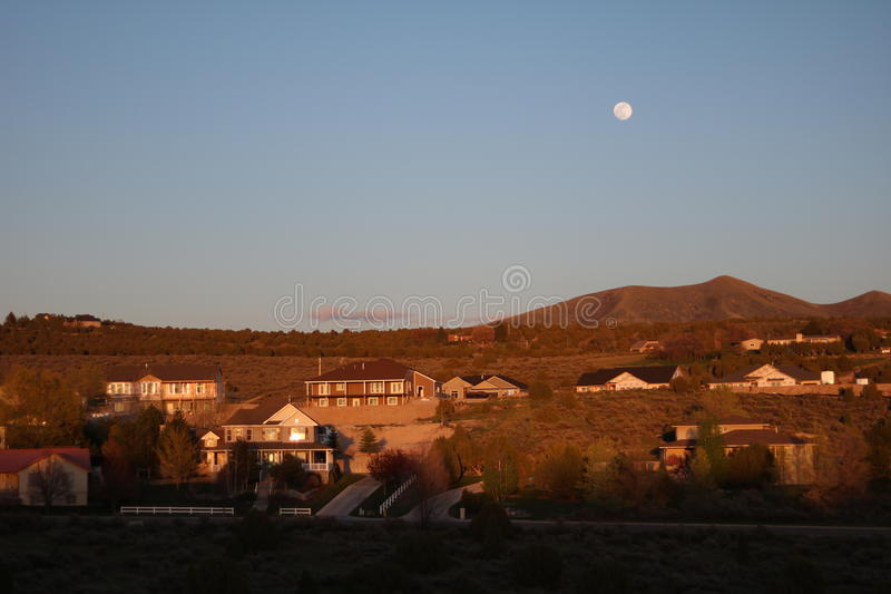 Måne över Saterfield royaltyfri bild