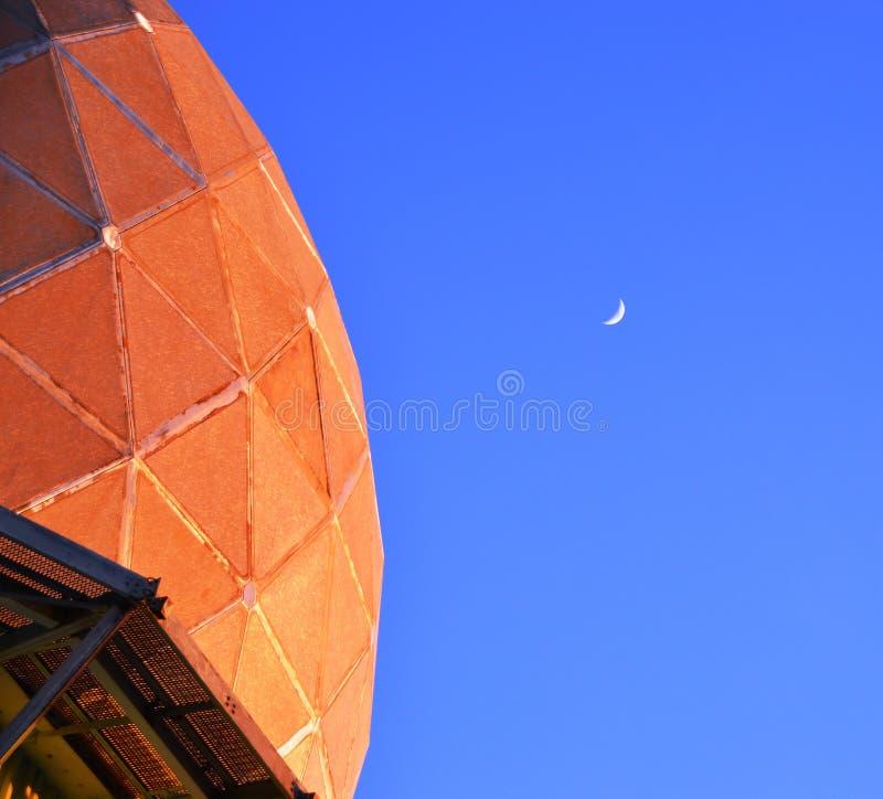 Måne över tornet fotografering för bildbyråer
