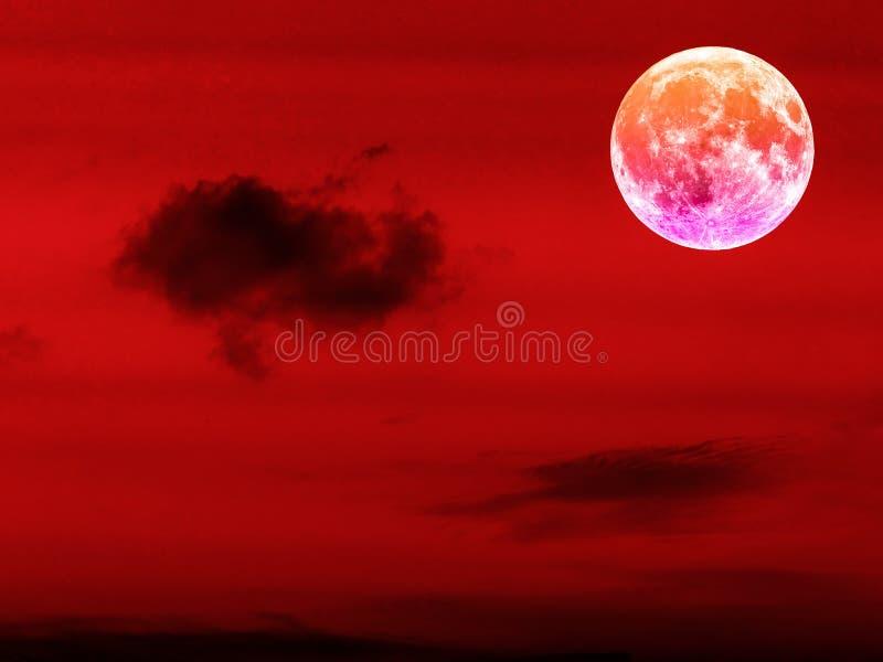 måne för fullt blod i den röda natthimlen royaltyfri bild