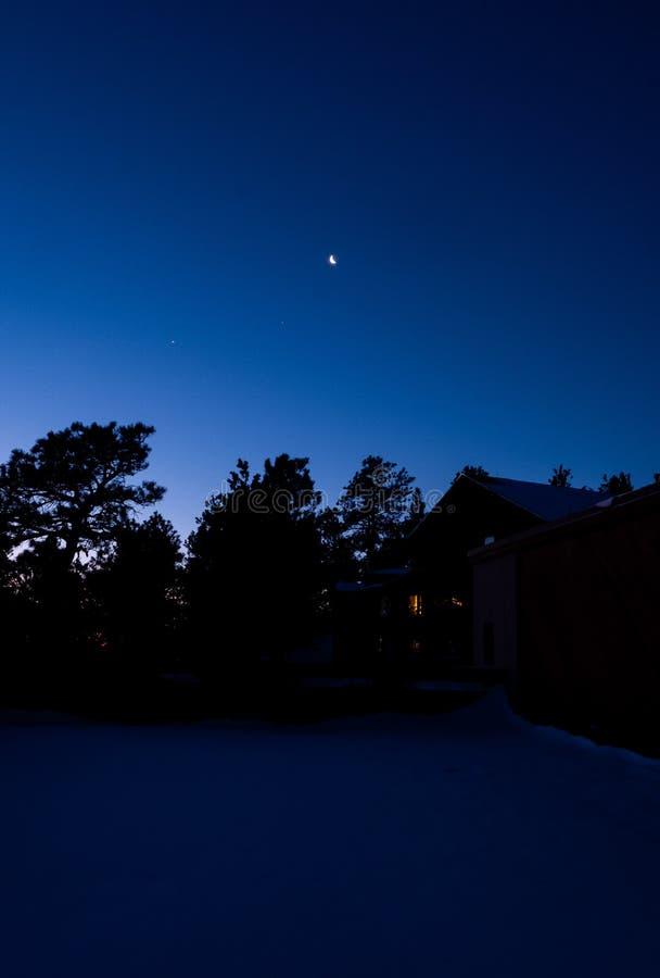 Måne i dengryning himlen arkivfoton