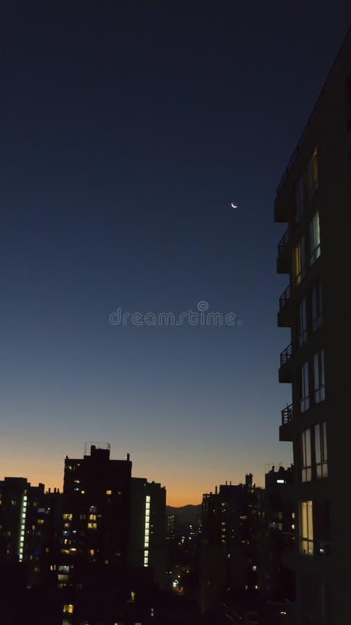 Måne i en natthimmel arkivbild
