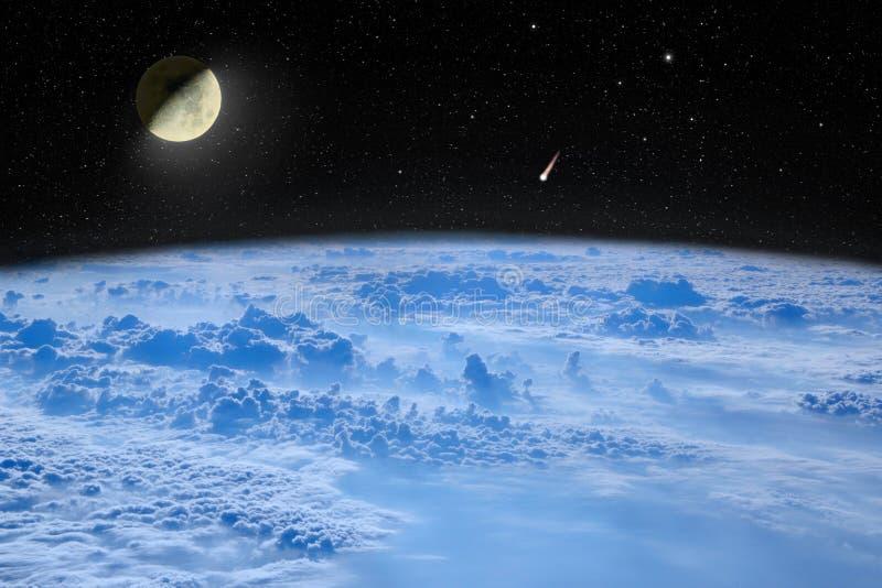 Måne i utrymme över planetjord ligganden revar havsavstånd Stjärnklar himmel med månen och komet arkivfoton