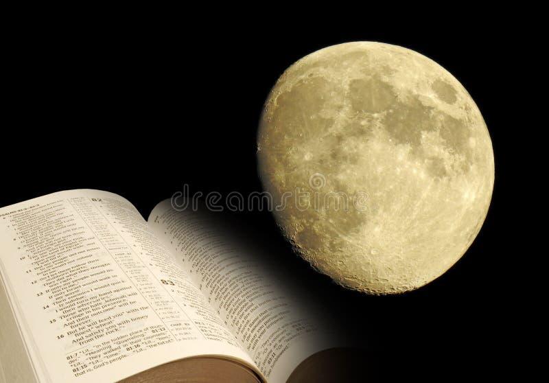 Måne och öppen bibel royaltyfri bild