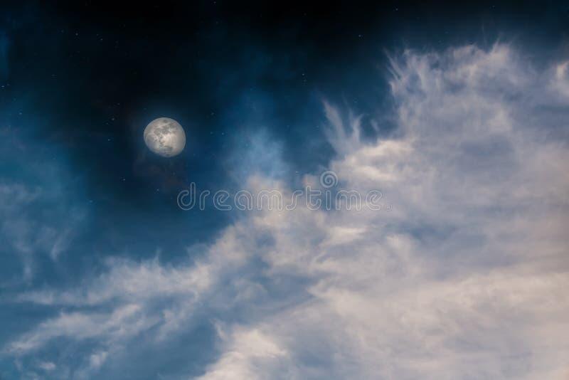 Måne och moln för natthimmel arkivbild