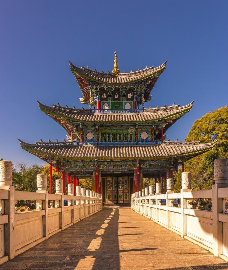 Måne som omfamnar pagoden i Lijiang Kina fotografering för bildbyråer
