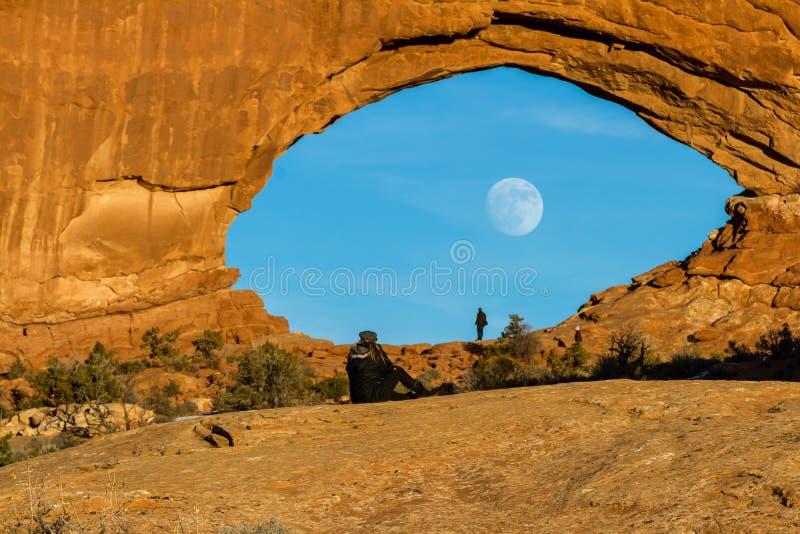 Måne som stiger till och med det norr fönstret fotografering för bildbyråer