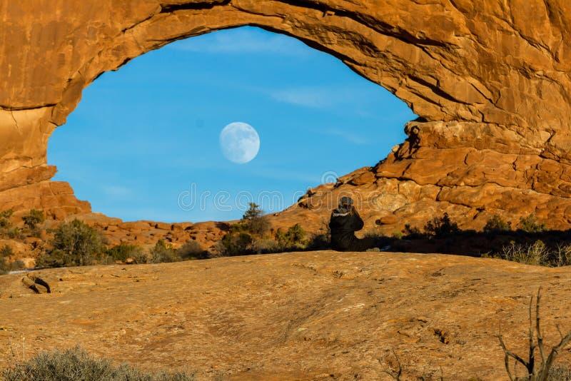 Måne som stiger till och med det norr fönstret royaltyfria foton