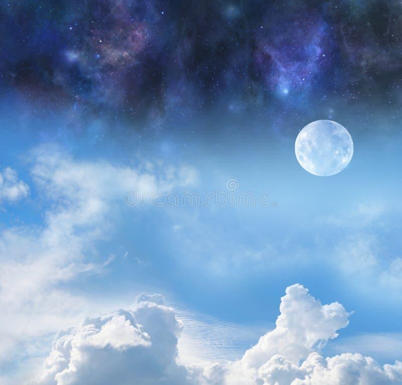 Måne vid natt och dag arkivbilder