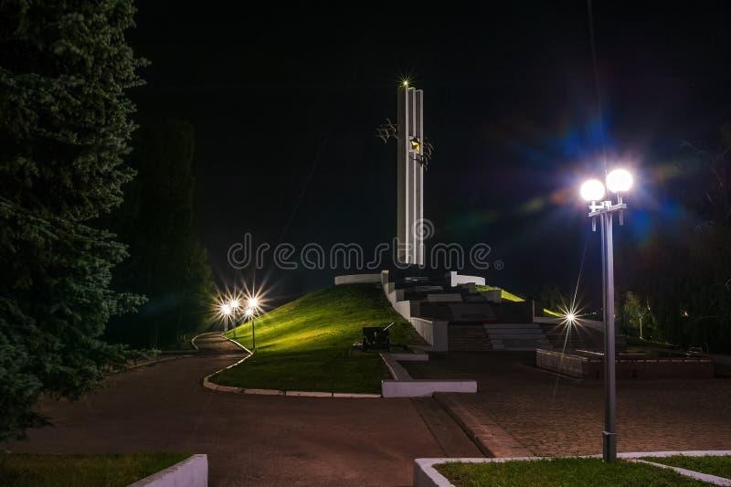 Måneförmörkelse Sikt av nattstaden av Saratov, Ryssland Ljusen av en metropolis i natten Sikt av monumentkranarna i V arkivbild