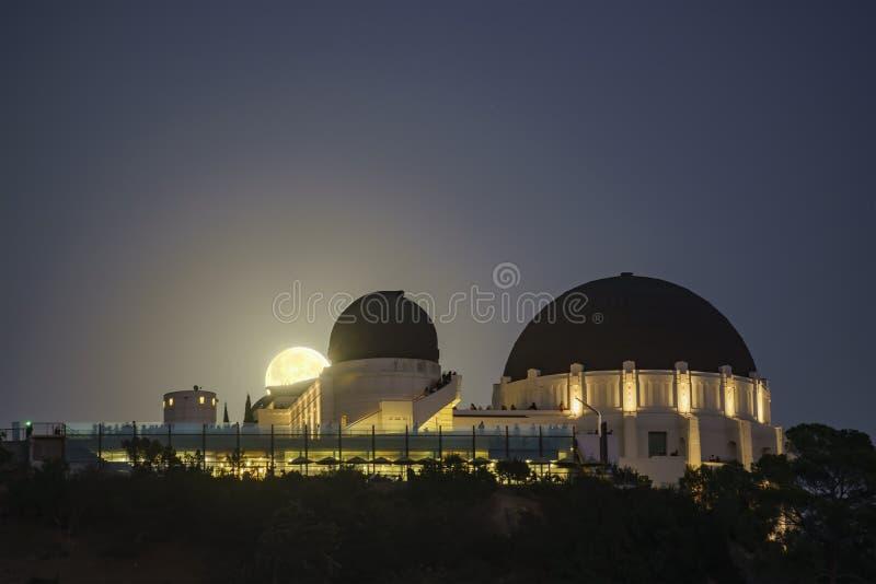 Månelöneförhöjning över Griffith Observatory royaltyfria foton