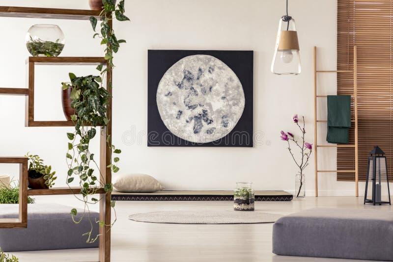 Månemålning ovanför matt säng för tatami i lägenhetinteri för japansk stil arkivfoton