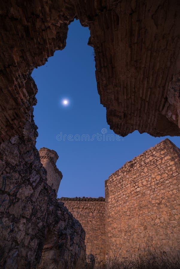 Månen bland fördärvar arkivfoto