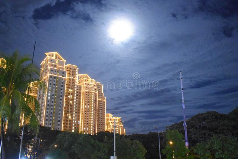 Månen och mörkret - blå himmel arkivfoto