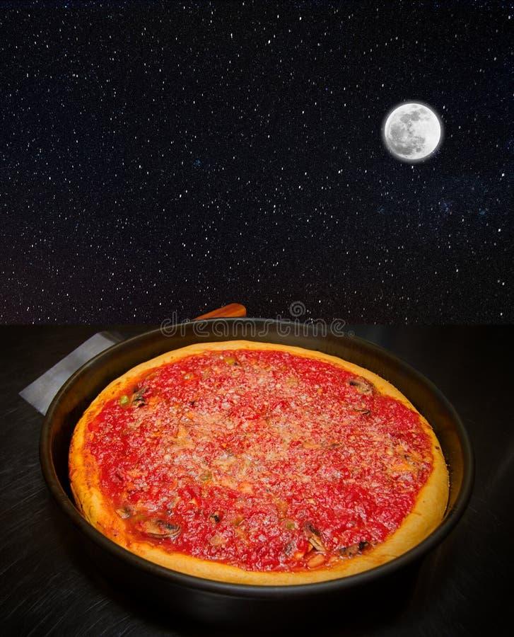 Månen slår ditt öga som en stor pizzapaj royaltyfria foton