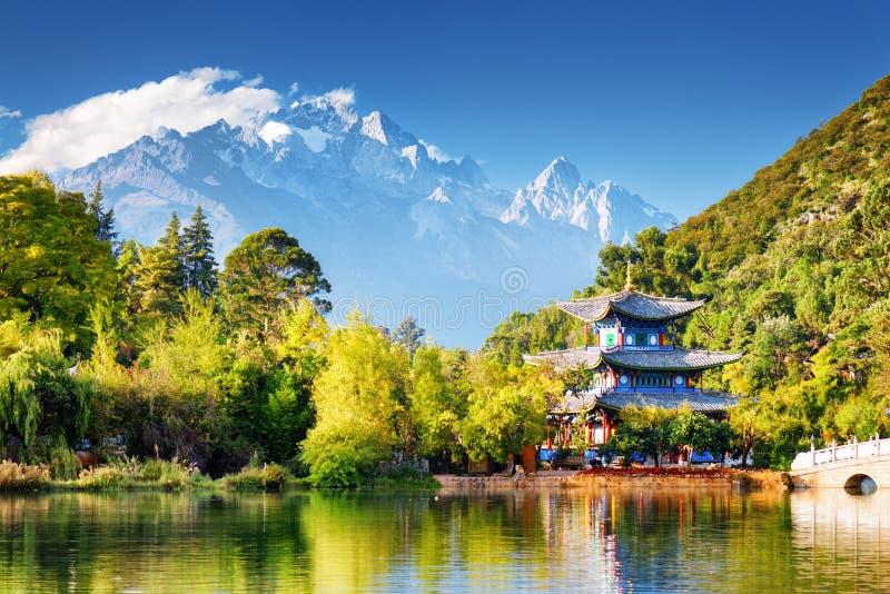 Månen som omfamnar paviljongen och Jade Dragon Snow Mountain arkivbilder