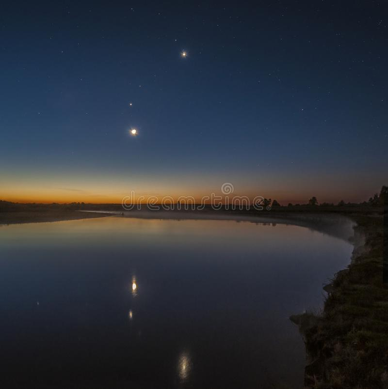 Månen Venus, fördärvar, Jupiter och Mercury över floden Sozh arkivfoto