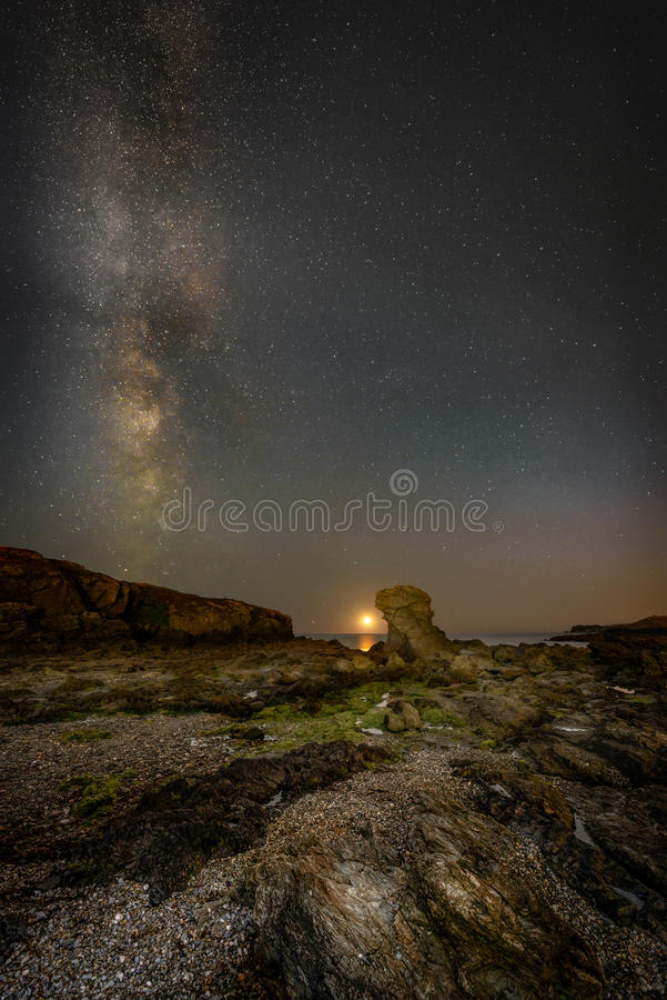 Måneuppsättning med Vintergatan över den Porth Y stolpen royaltyfri bild