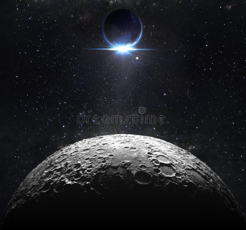 Måneyttersida med siktssoluppgång av jorden royaltyfria bilder