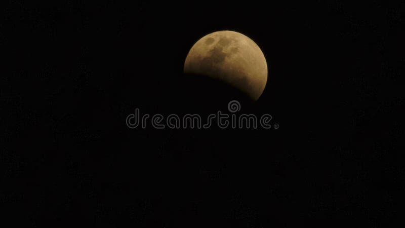 Månförmörkelse toppen full måne för blått blod som tas från överkant av byggnad i Bangkok fotografering för bildbyråer