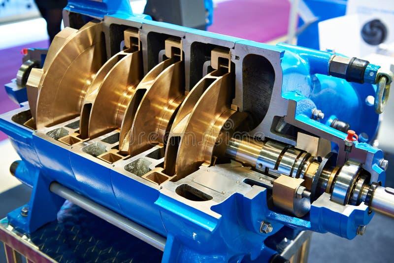 Mång--etapp centrifugal pump i tvärsnitt arkivfoton