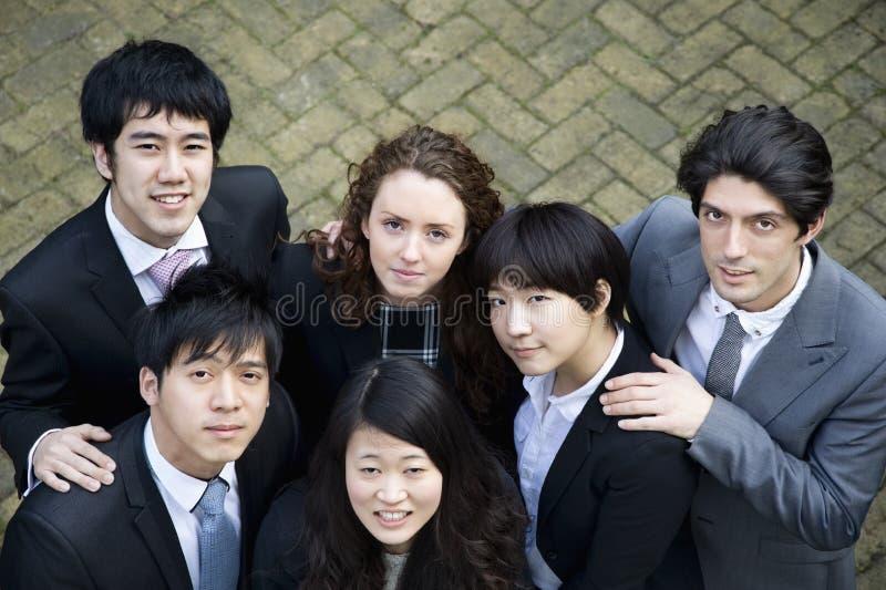 Mång- etnisk affärsgrupp som ser upp arkivfoton