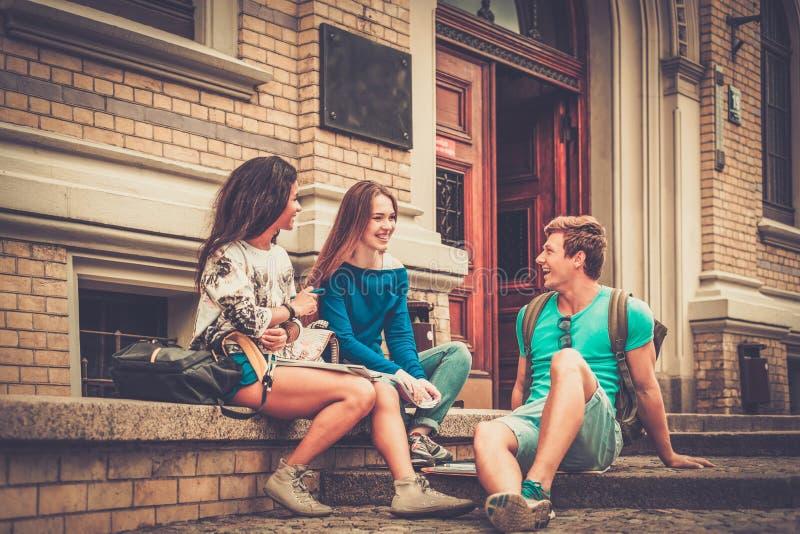 Mång- etniska studenter near universitetet royaltyfri fotografi