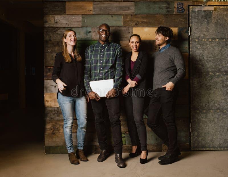 Mång- etniskt affärslag som tillsammans ser lyckligt royaltyfri fotografi